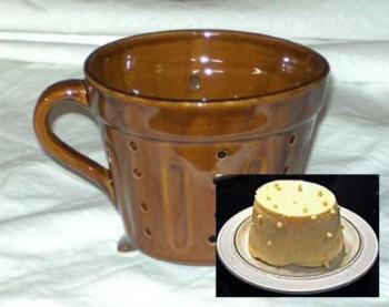 Westerwälder Eierkäsform aus Keramik braun